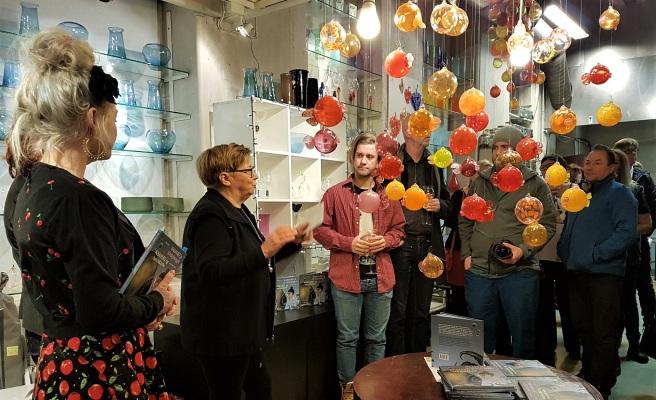 Lokalet var fullsatt og publikum lydhøre da Rauni Magga Lukkari fra Gollegiella forlag presenterte den tospråklige barneboka på Glasshytta Blåst. Foto: Hilde Kat. Eriksen