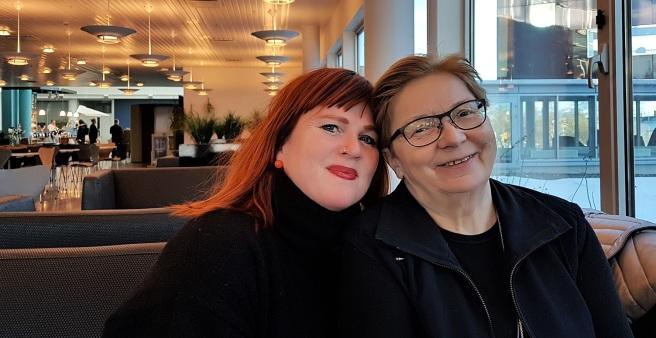 Forfatter- og forlegger/gjendikter-duoen Rita Sørly og Rauni Magga Lukkari brenner for tospråklige barnebøker, der ett av språkene er samisk. Foto: Hilde Kat. Eriksen